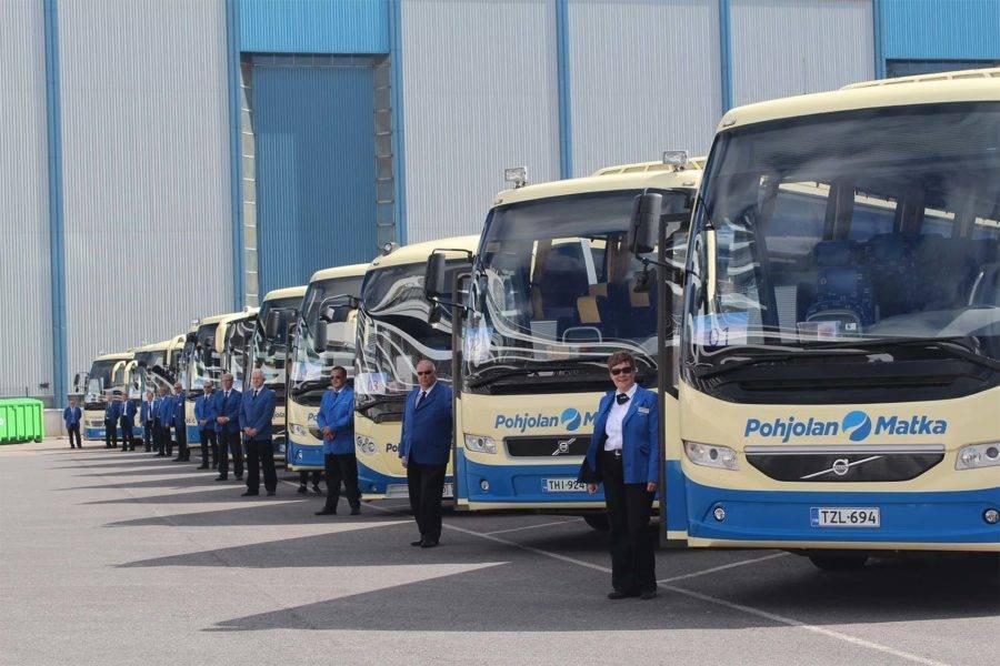 Busseja ja kuljettajia rivissä